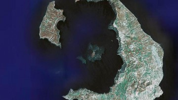 Il pallone di magma che gonfia Santorini