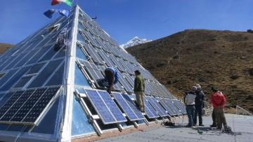 Parte la 'missione ricambio' dei moduli fotovoltaici sull'Everest