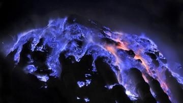 Il vulcano che erutta lava blu