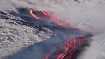 Etna, colata di lava sulla neve: il video