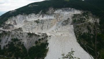 Cave e idroelettrico, Alpi Apuane in pericolo: la protesta del Cai