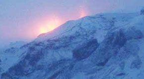 Spettacolare eruzione fra i ghiacciai dell'Islanda