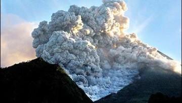 Indonesia piegata da tsunami ed eruzioni