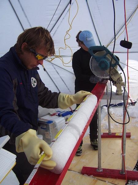 3-Ricercatori dellÔÇÖIDPA-CNR impegnati nella misura di carote di ghiaccio appena estratte dallÔÇÖOrtles nelle Alpi Orientali (Foto Paolo Gabrielli)